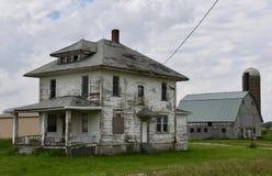 Casa e celeiro abandonados Fotografia de Stock Royalty Free