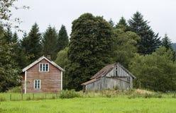Casa e celeiro, Noruega Foto de Stock