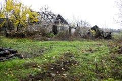 Casa e celeiro velhos abandonados Imagem de Stock Royalty Free