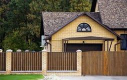 Casa e cerca Imagem de Stock