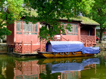 Casa e crogiolo di acqua fotografia stock