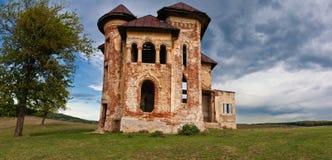 Casa e céu assombrados abandonados velhos na Transilvânia com nuvens Imagem de Stock