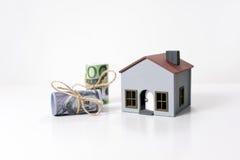 Casa e 100 dólares e cédulas dos euro Fotografia de Stock Royalty Free