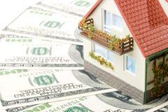 Casa e dinheiro diminutos. imagens de stock
