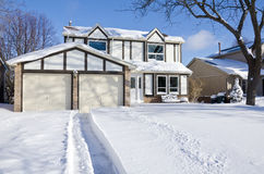 Casa e entrada de automóveis cobertas com a neve fresca #2 Imagens de Stock