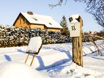 Casa e estrada no inverno Foto de Stock Royalty Free