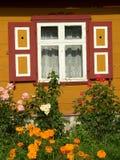 Casa e flores Fotografia de Stock Royalty Free