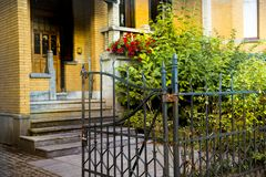 Casa e flores verdes no fundo foto de stock royalty free