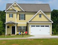 Casa e garagem amarelas novas Fotos de Stock Royalty Free