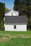 Casa e garagem brancas imagens de stock
