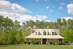 Casa e giardino del cottage del paese Fotografia Stock Libera da Diritti