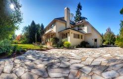 Casa e giardino di autunno Fotografia Stock