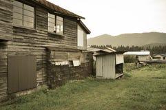 Casa e granaio vecchi stessi nelle zone rurali del Giappone immagini stock