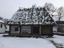 Casa e hielo viejos en Rumania Foto de archivo