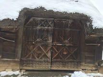 Casa e hielo viejos en Rumania Imagen de archivo libre de regalías