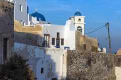 Casa e iglesias blancas en la ciudad de Imerovigli, isla de Santorini, Thira, Grecia Imagen de archivo libre de regalías