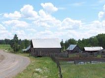 Casa e jarda da exploração agrícola do vintage imagens de stock