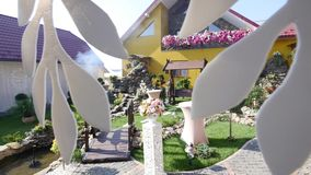 Casa e jarda prontas para o casamento com decoração colorida video estoque