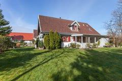 Casa e jardim em Dinamarca fotografia de stock royalty free