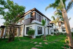 Casa e jardim modernos Imagem de Stock Royalty Free