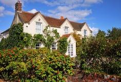 Casa e jardim rurais ingleses Imagens de Stock Royalty Free
