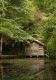 Casa e lago de madeira de barco imagem de stock royalty free