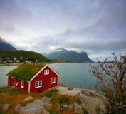 Casa e mar vermelhos Fotografia de Stock Royalty Free