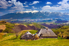 Casa e montanhas de madeira Fotografia de Stock Royalty Free