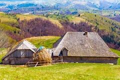 Casa e montanhas de madeira Fotos de Stock