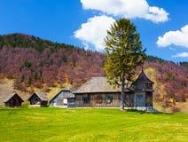 Casa e montanhas de madeira Imagem de Stock Royalty Free