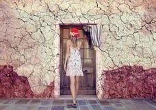 Casa e mulher danificadas idosas fotografia de stock