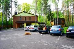 Casa e natureza no distrito de Panevezys perto da vila de Karsakiskis Imagens de Stock