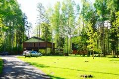 Casa e natureza no distrito de Panevezys perto da vila de Karsakiskis Fotos de Stock