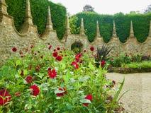 A casa e o jardim inglês imagem de stock