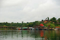 A casa e o rio da jangada Imagem de Stock