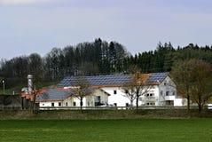 Casa e painéis solares no telhado fotografia de stock royalty free