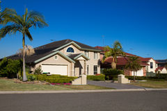 Casa e palmeiras em um dia ensolarado Fotografia de Stock