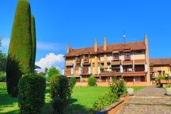 Casa e parco italiani residenziali Lago di Garda Italia fotografia stock libera da diritti