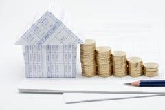 Casa e pilha da etapa de moedas de ouro Imagem de Stock