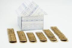 Casa e pilha de moedas de ouro Foto de Stock Royalty Free