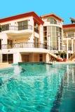 Casa e piscina imagem de stock