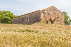 A casa e a plantação abandonadas da exploração agrícola no Santiago fazem Cacem fotos de stock