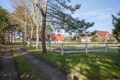 Casa e prado da exploração agrícola fotografia de stock
