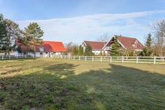 Casa e prado do cavalo imagens de stock royalty free