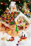 Casa e pupazzi di neve di pan di zenzero Fotografia Stock Libera da Diritti