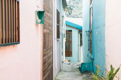 A casa e a rua coloridas em Gamcheon cultivam a vila em Busan, Coreia foto de stock royalty free