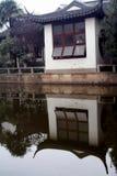Casa e stagno a Schang-Hai Fotografie Stock Libere da Diritti