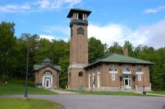 Casa e stazione termale della sorgente fotografie stock
