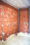 Casa eficiente da energia, construída com materiais da qualidade, isolação térmica e paredes de tijolo com tomadas e tubulações d Fotos de Stock Royalty Free