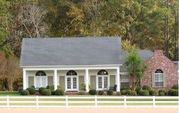 Casa elegante di stile del ranch in una regolazione del paese Fotografie Stock